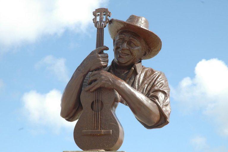 Escultura en bronce Simón Díaz